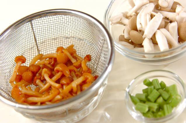 キノコと納豆のおみそ汁煮の作り方の手順1