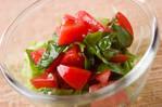 シンプルドレッシングで!トマトとバジルのサラダ