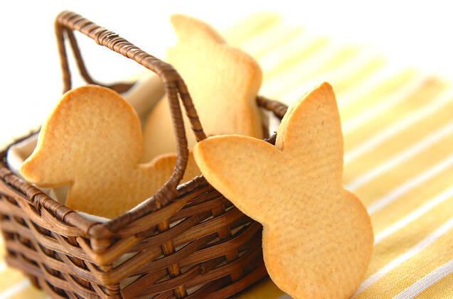カゴに入ったアヒル形のクッキーとカゴの外に立てかけられたウサギ形のクッキー