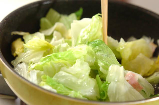 レタスとベーコンのオイスター炒めの作り方の手順4
