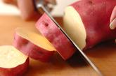 サツマイモと鶏肉の煮物の作り方1