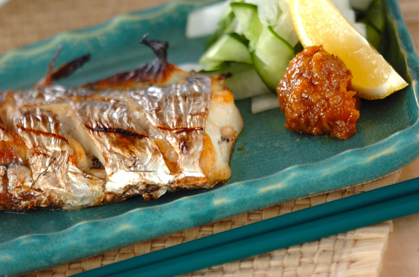 青色のお皿に盛られた太刀魚の塩焼き