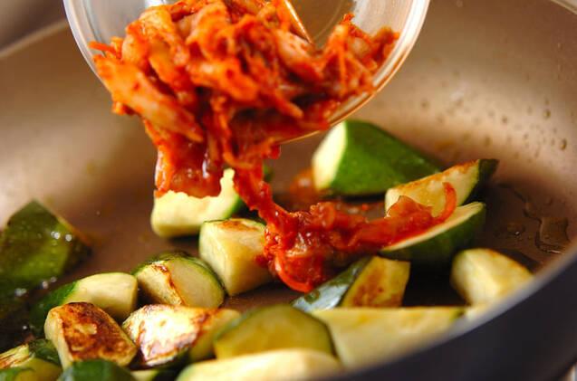 ズッキーニのキムチ炒めの作り方の手順2