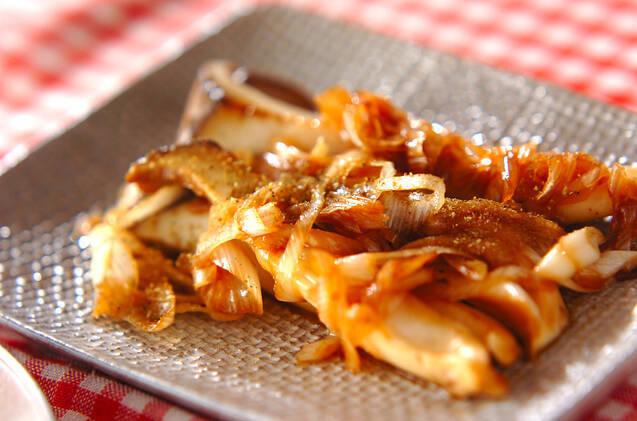 シルバーの四角いプレートに盛られたエリンギのサッと炒め山椒風味