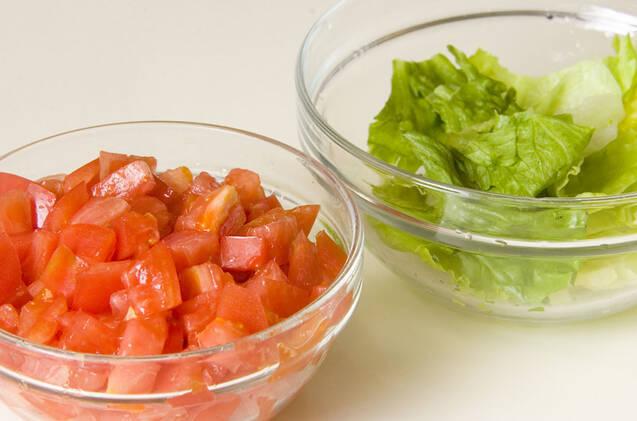とろーりチーズのトマトとレタスの卵乗せの作り方の手順1