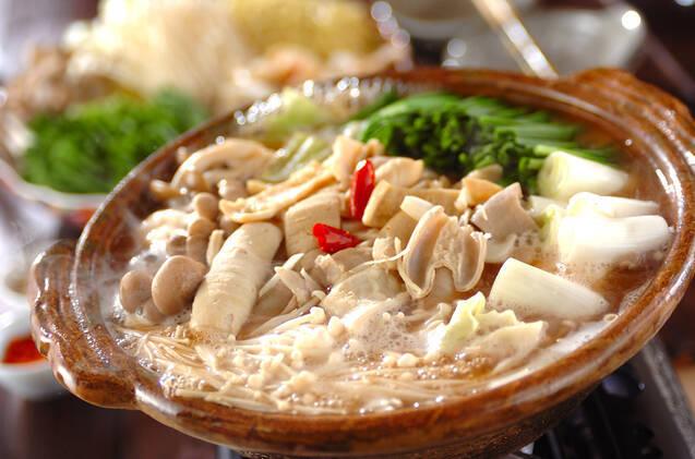茶色い土鍋に入った、味噌仕立ての絶品もつ鍋
