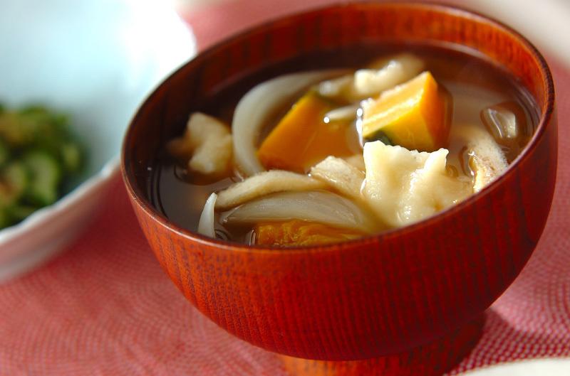 茶碗に盛られたすいとん汁