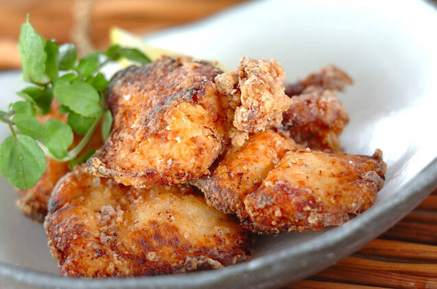 グレーの皿に盛り付けた鶏むね肉の塩麹から揚げ