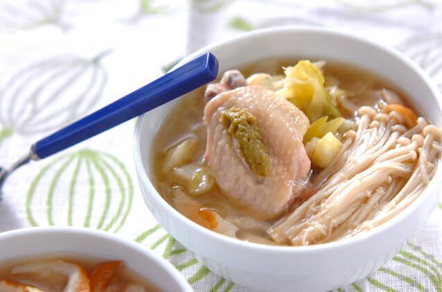 白い器に盛られた、キャベツと鶏肉とちくわのスープ煮