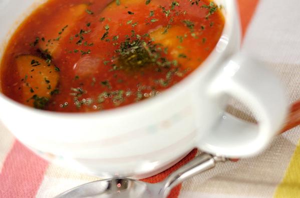 白のマグカップに入ったズッキー二のトマトスープ
