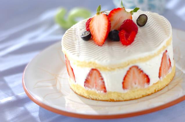 断面にスライスいちごが見えるフロマージュブランとベリーのケーキ