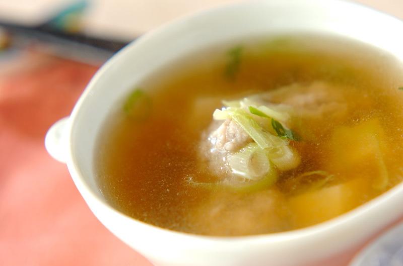 白の器に盛られた鶏団子のスープ