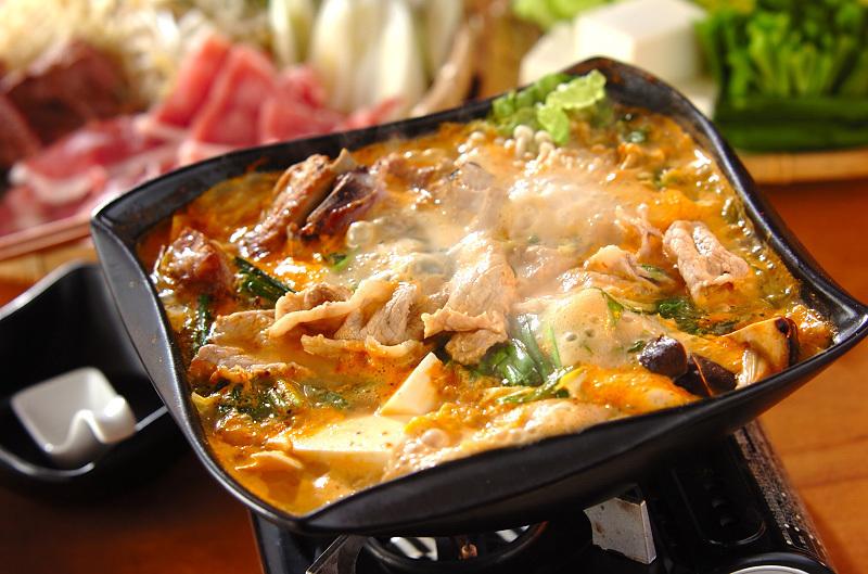 骨付き豚バラ肉と白菜の「チゲみそ鍋」