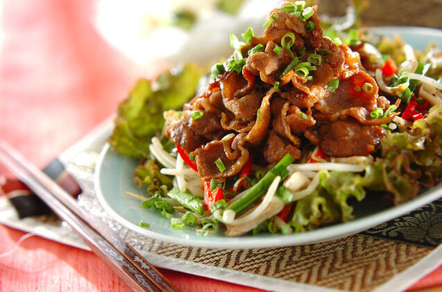 お皿に盛られた野菜たっぷりのジンギスカン