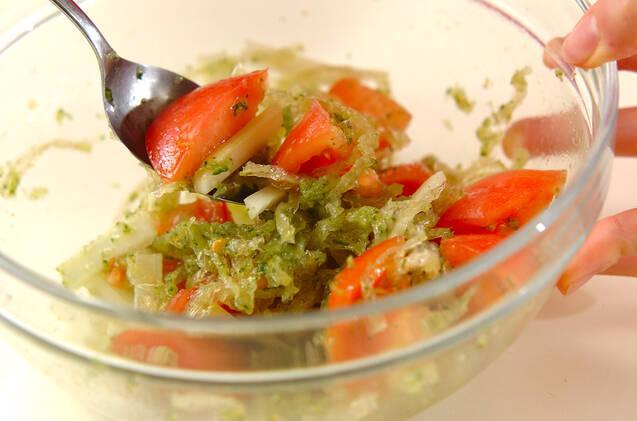 トマトと糸寒天のキュウリドレッシング和えの作り方の手順4