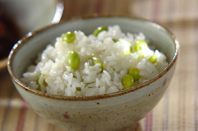お茶碗に盛られた枝豆ご飯