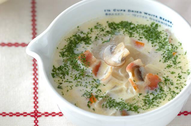 白い片口の器に盛られた、大根とベーコンのクリームスープ