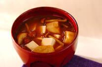 ナメコと豆腐の赤みそ汁