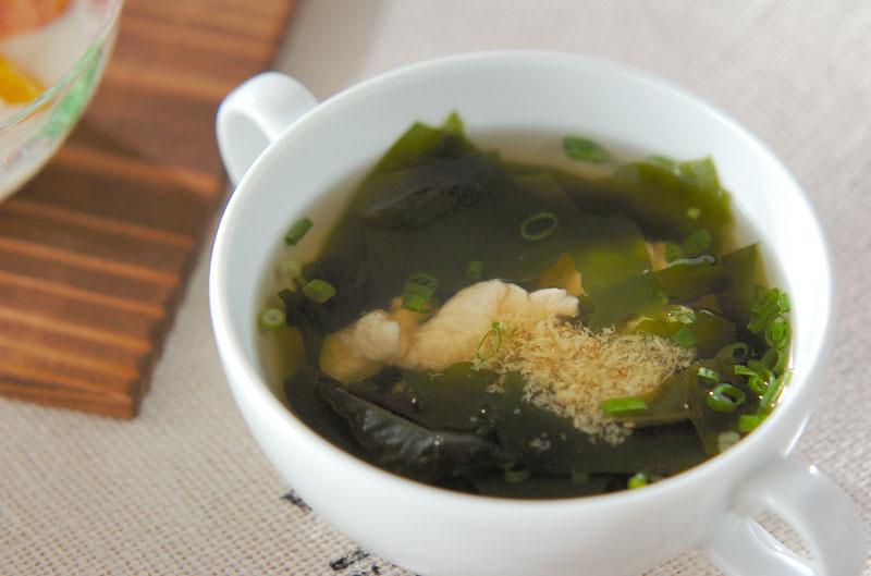 白い器に入ったささ身とわかめのスープ