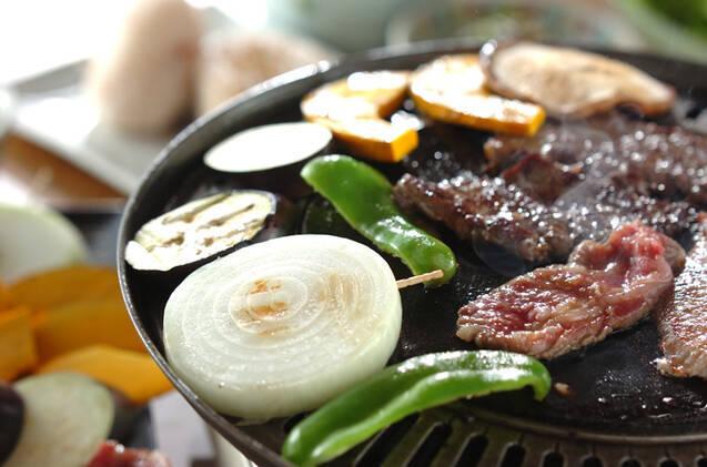 丸型鉄板に並ぶ肉と野菜