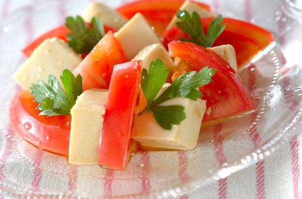 ガラスのお皿に盛られた豆腐とトマトのサラダ