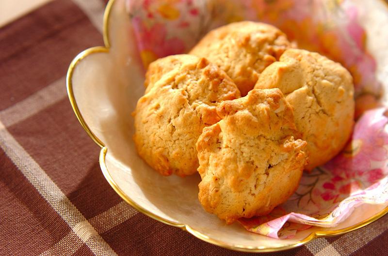 花柄のお皿に盛られたピーナッツバタークッキー