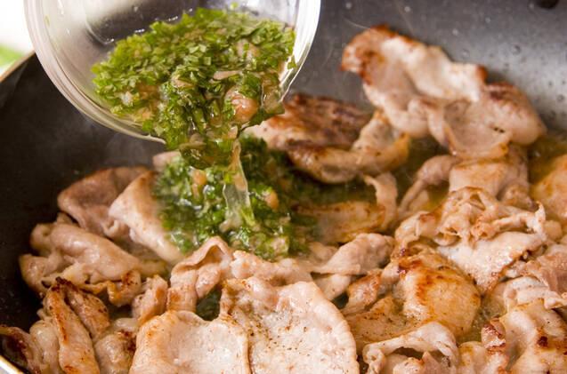 しっかり味なのにさっぱり!豚肉の梅しそソース和えの作り方の手順3
