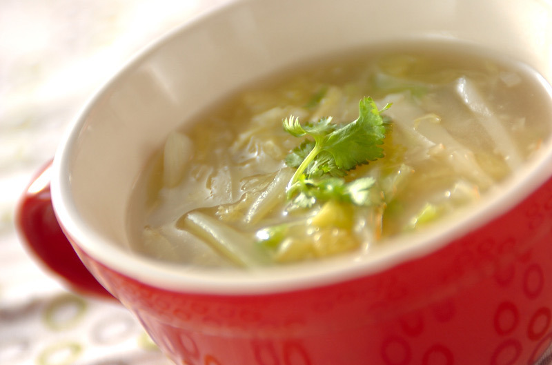 赤いマグカップに盛られた白菜のにんにくショウガスープ