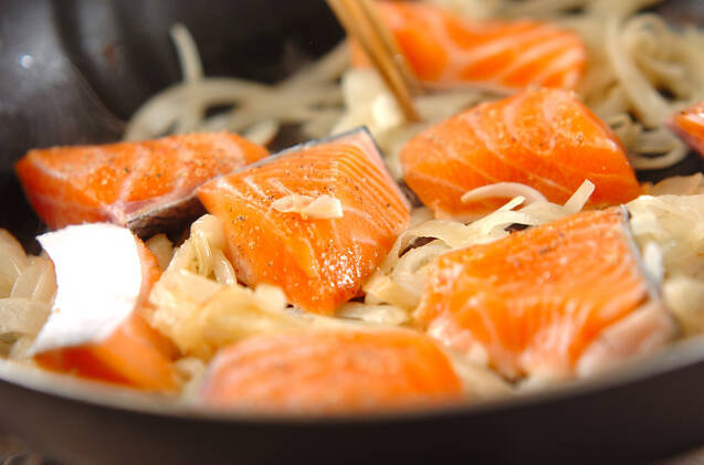 鮭とエリンギのカレークリーム煮の作り方の手順2