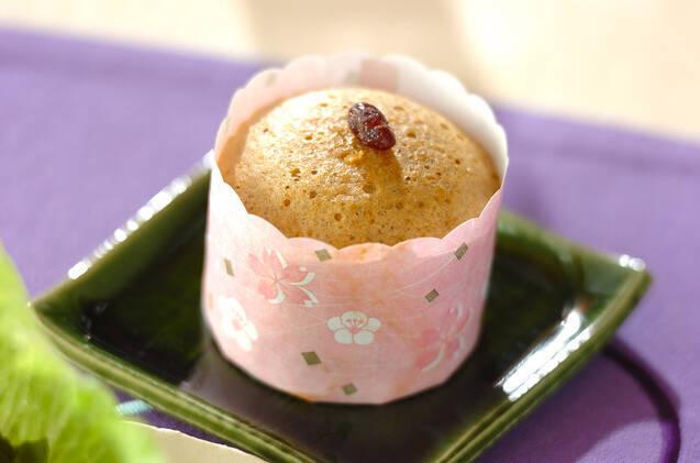 角皿にのせられたカップ入り黒糖蒸しパン