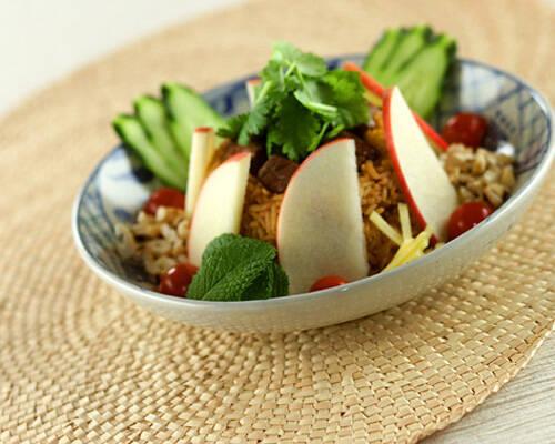 牛フィレ肉の炒めごはんと生野菜