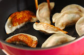ツナと大葉の揚げ焼き餃子の作り方2