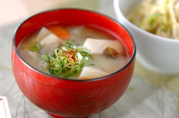 豆腐と根菜の麦みそ汁