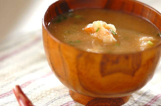 海老のむき身が入っている味噌汁