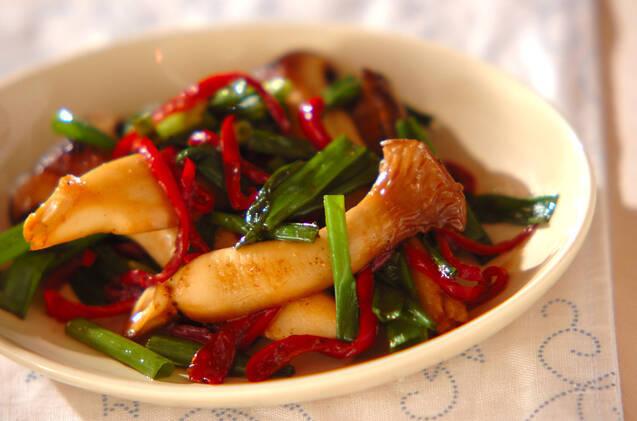 エリンギと赤と緑のピーマンを使った炒め物