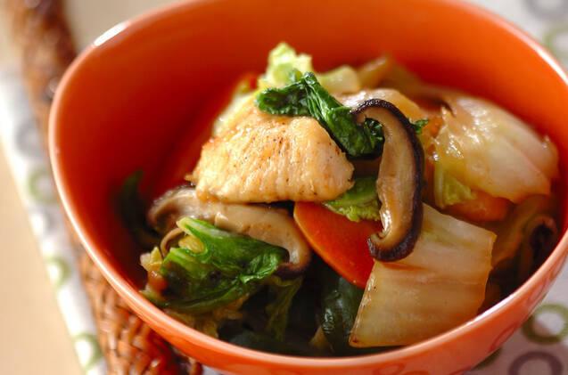 オレンジ色の器に盛られた白菜と鶏肉の中華炒め