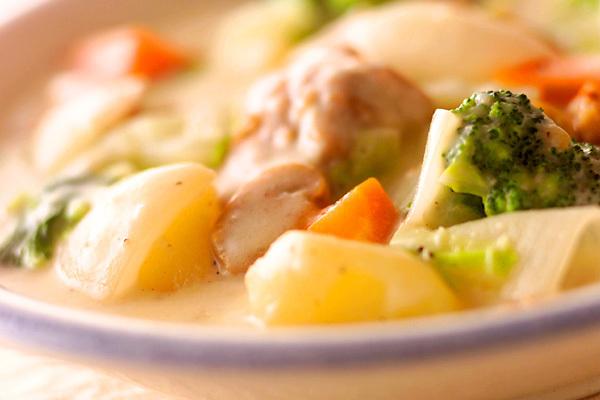 白い器に盛られた鶏肉と白菜のクリームシチュー