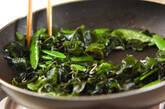 キヌサヤとワカメの塩炒めの作り方4