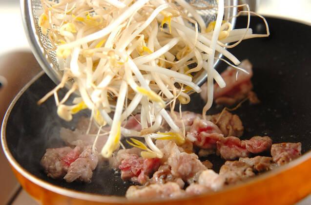 モヤシと豚のソース炒めの作り方の手順2