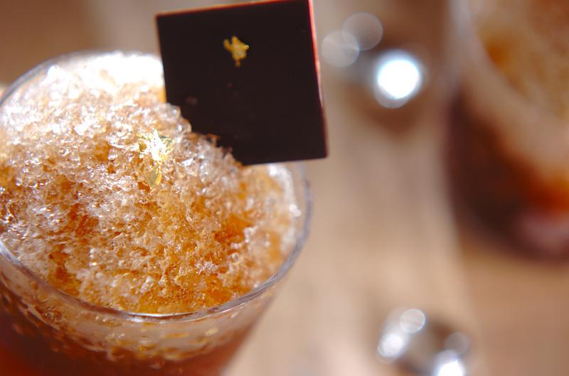 グラスに盛り付けたコーヒーカクテルのかき氷