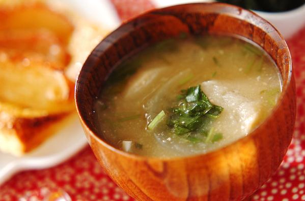 木の茶碗に盛られた玉ネギと三つ葉のお味噌汁