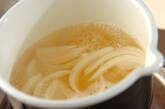 玉ネギとミツバのみそ汁の作り方3