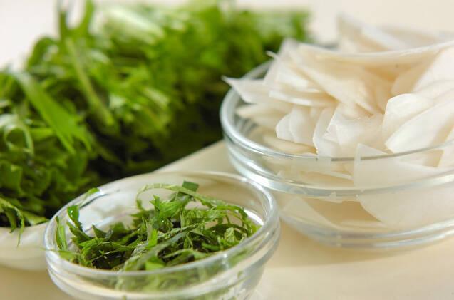 水菜と油揚げのサラダの作り方の手順1