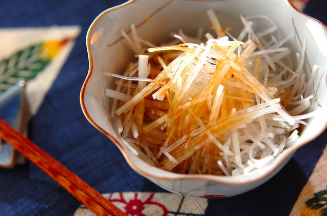器に盛られた大根サラダとお箸