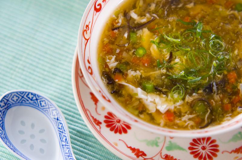 中華の器に盛られたもやしスープ