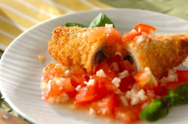 白の皿に鮮やかな揚げ物とソースが盛ってある