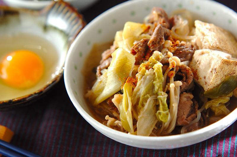 茶碗に盛られた白菜と牛肉のすき煮