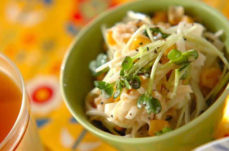 グリーンの器に盛られたホタテ&コーンの大根サラダ