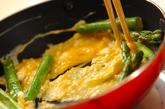 アスパラと卵のチーズ炒めの作り方2