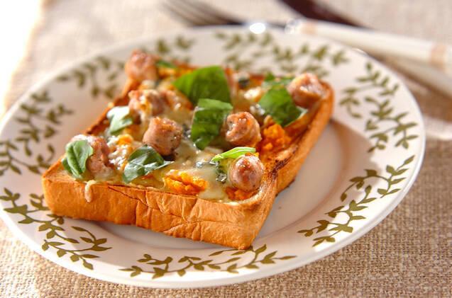カボチャペーストのソーセージピザ